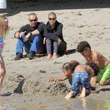Heidi Klum con sus cuatro hijos y su novio Martin Kristen en una playa de Malibú