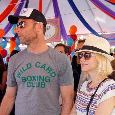 Naomi Watts y su marido Liev Schreiber en la fiesta solidaria de John Varvatos en Los Ángeles