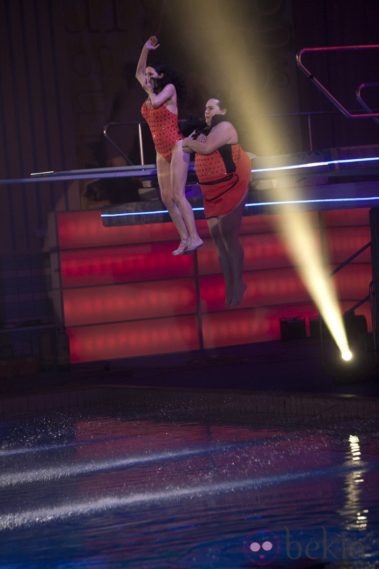 Falete y Toñi Salazar saltando desde el trampolín de cinco metros en 'Splash!, famosos al agua'