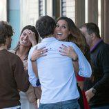 Verónica Hidalgo abrazando a Álvaro Muñoz Escassi en una comida de '¡Mira quién salta!'