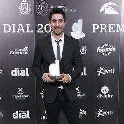 Álex Ubago con su premio Cadena Dial 2012