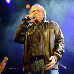Joan Manuel Serrat en el concierto homenaje a Tony Ronald