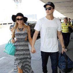 Paris Hilton y River Viiperi en el aeropuerto de Los Ángeles