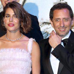 Carlota Casiraghi y Gad Elmaleh en el Baile de la Rosa 2013