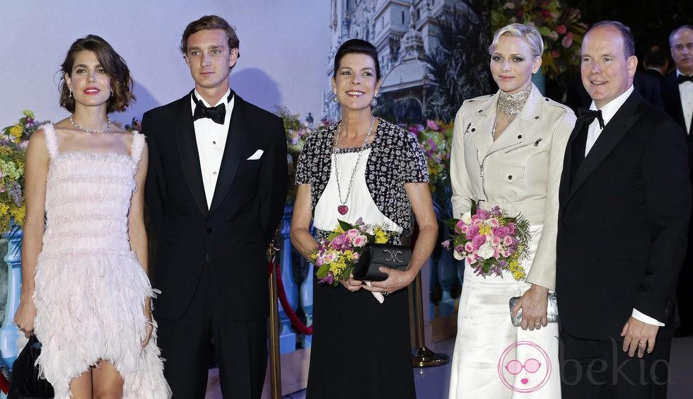 Carlota y Pierre Casiraghi, Carolina de Mónaco y los Príncipes Alberto y Charlene en el Baile de la Rosa 2013