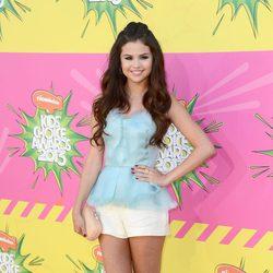 Selena Gómez en la alfombra roja de la 26 edición de los premios Nickelodeon