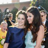 Selena Gómez y Kristen Stewart en la alfombra roja de la 26 edición de los premios Nickelodeon