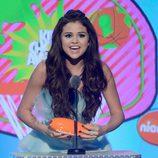 Selena Gómez recoge el premio de los Nickelodeon's Kids' Choice Awards 2013