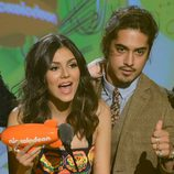 Victoria Justice y Avan Jogia recogen el premio de los Nickelodeon's Kids' Choice Awards 2013