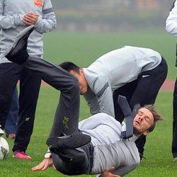 Unos estudiantes chinos contemplan cómo se cae David Beckham
