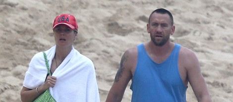 Heidi Klum y Martin Kristen paseando por una playa de Hawai