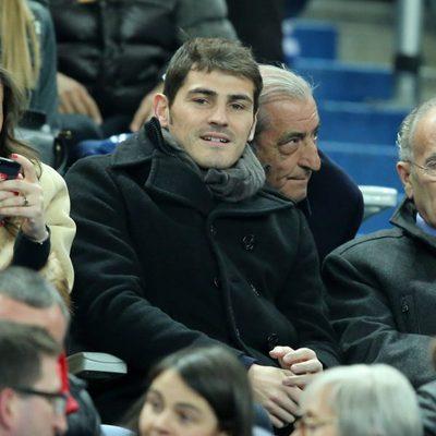 Iker Casillas viendo el España-Francia desde las gradas