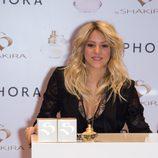 Shakira firma frascos de su perfume 'S by Shakira Aquamarine' en París