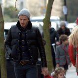 Harper Seven pasea cogida de la mano por Londres con David Beckham
