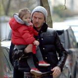 David Beckham con Harper Seven en brazos por Londres