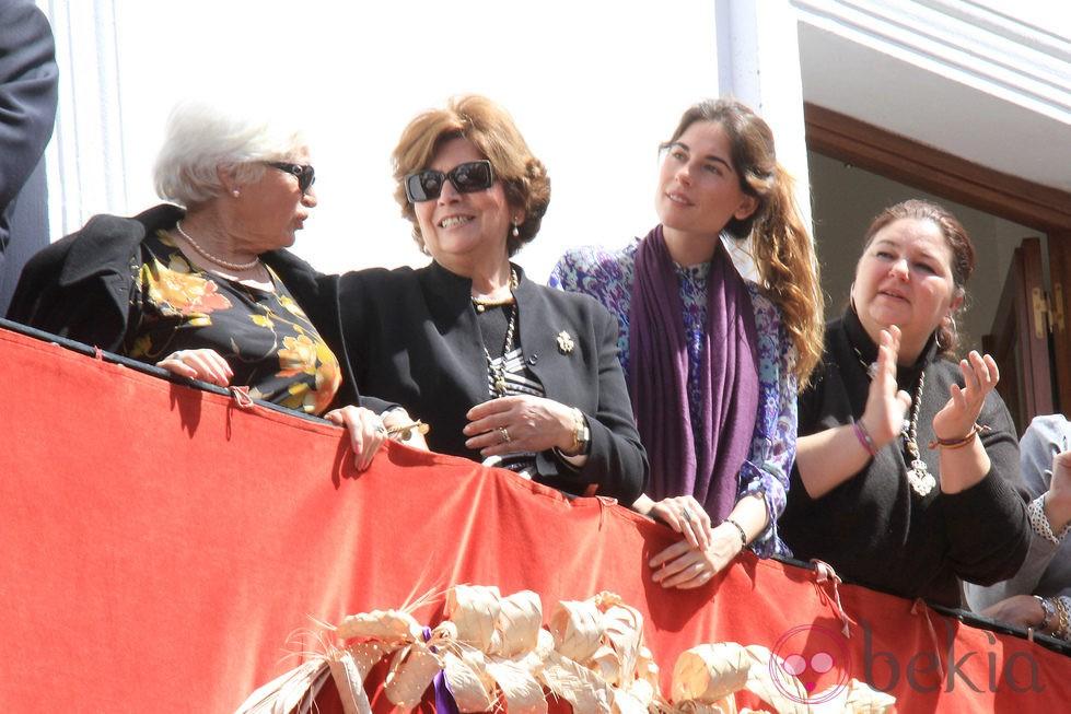 Lourdes Montes viendo las procesiones de la Semana Santa de Sevilla