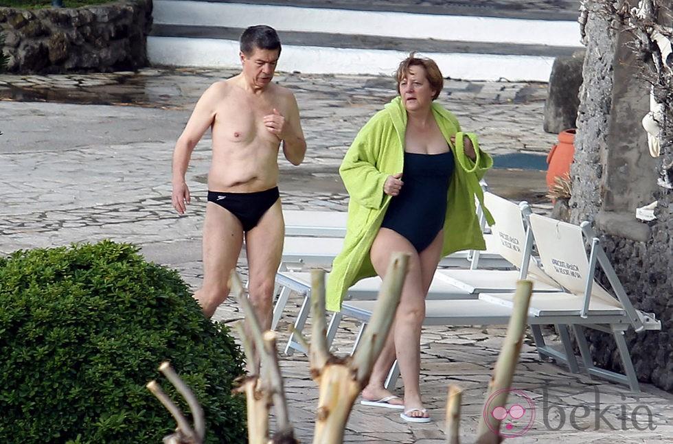 Ángela Merkel y su marido Joachim Sauer se relajan en un balneario de Ischia