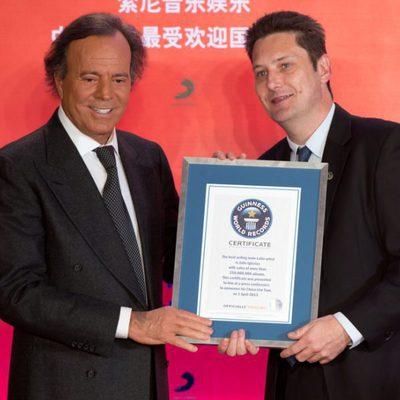 Lang Lang entrega a Julio Iglesias el Récord Guinness al latino que más discos ha vendido