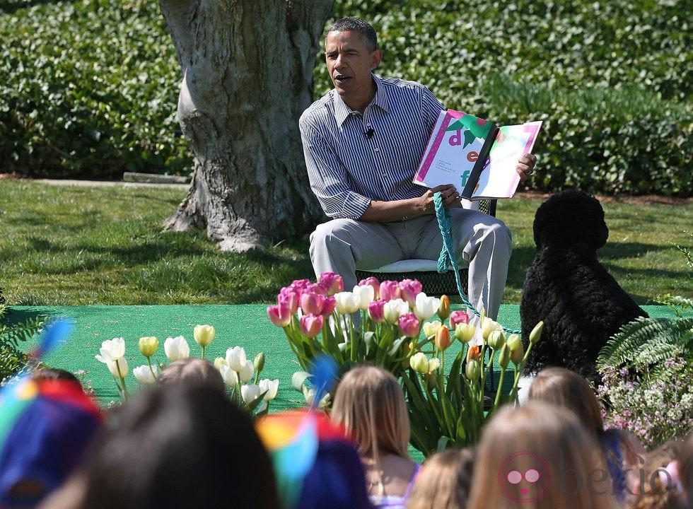 Barack Obama leyendo cuentos a un grupo de niños para celebrar el Día de Pascua 2013