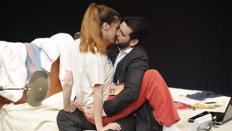 Manuela Velasco y Fran Perea besándose en la obra de teatro 'Feelgood'