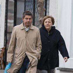 Angela Merkel y Joachim Sauer paseando por Ischia