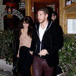 Pilar Rubio y Sergio Ramos cogidos de la mano a la salida de un restaurante