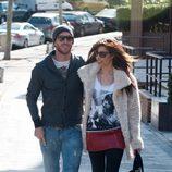 Pilar Rubio y Sergio Ramos paseando abrazados por Madrid