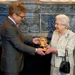 Kenneth Branagh entregando un BAFTA honorífico a la Reina Isabel II de Inglaterra
