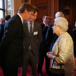 Isabel II de Inglaterra con Tom Hooper y Eddie Redmayne tras recibir un BAFTA honorífico