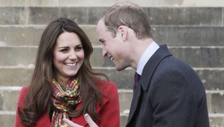 El Príncipe Carlos y los Duques de Cambridge ríen divertidos en Escocia