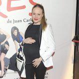 Esmeralda Moya luce embarazo en el estreno de 'Tres'