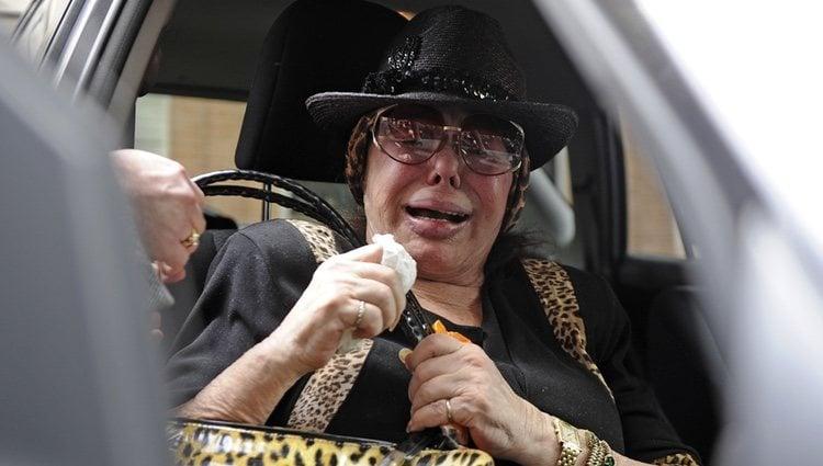 Marujita Díaz llorando por la muerte de Sara Montiel