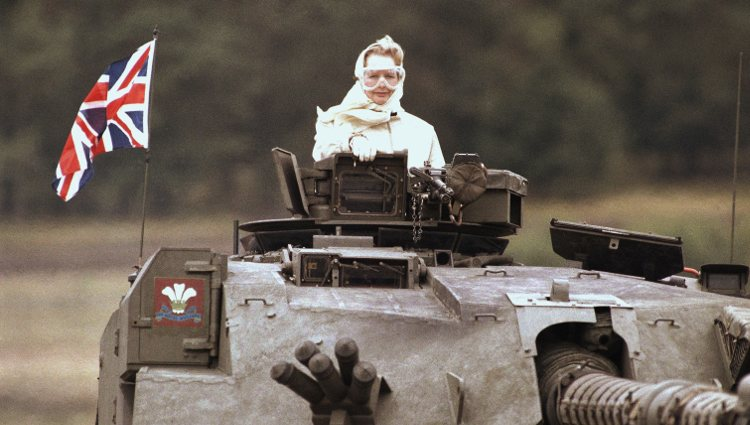 Margaret Thatcher en un tanque en Fallingbostel