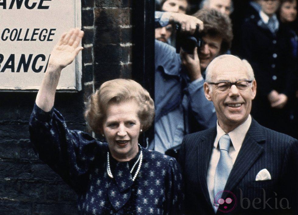 Margaret Thatcher votando en 1983