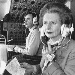 Margaret Thatcher en la cabina de su avión privado en 1984