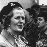 Margaret Thatcher con una boina militar en 1981