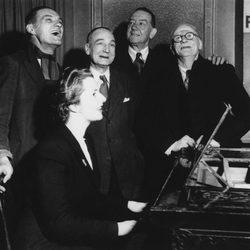 Margaret Thatcher al piano junto a cuatro votantes