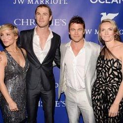 Elsa Pataky, Chris Hemsworth, Luke Hemsworth y su mujer Samantha en la gala Oceana Ball 2013