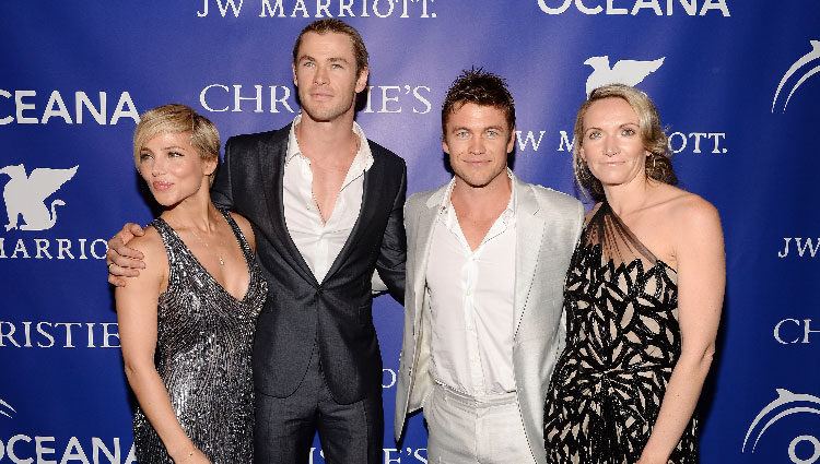 Elsa Pataky, Chris Hemsworth, Luke Hemsworth y su mujer Samantha en la gala Oceana Ball 2013