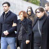 Zeus y Thais Tous en el entierro de Sara Montiel en Madrid