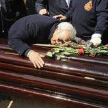 Giancarlo Viola roto de dolor sobre el ataúd de Sara Montiel