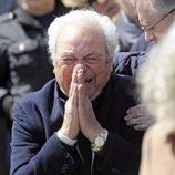 Giancarlo Viola desconsolado en el entierro de Sara Montiel