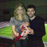 Shakira y Piqué con su hijo Milan en el Camp Nou