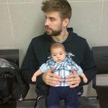 Gerard Piqué con su hijo Milan sacándose el pasaporte