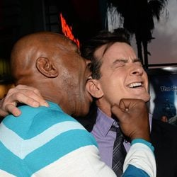 Myke Tyson y Charlie Sheen en la premiere de 'Scary Movie 5'