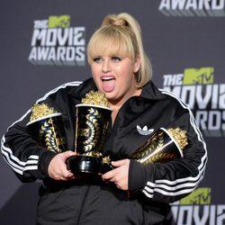 Rebel Wilson rodeada de premios en los MTV Movie Awards 2013