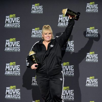 Rebel Wilson posa con sus premios de los MTV Movie Awards 2013