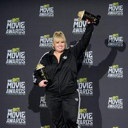 Rebel Wilson posa con sus premios de los MTV Movie Awards 2013