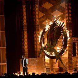 Liam Hemsworth junto al logo de 'En llamas' en los MTV Movie Awards 2013