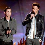 Logan Lerman y Eddie Redmayne en la gala de los MTV Movie Awards 2013